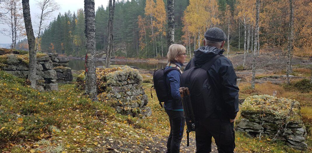 Ett höstlandskap och två vandrare.