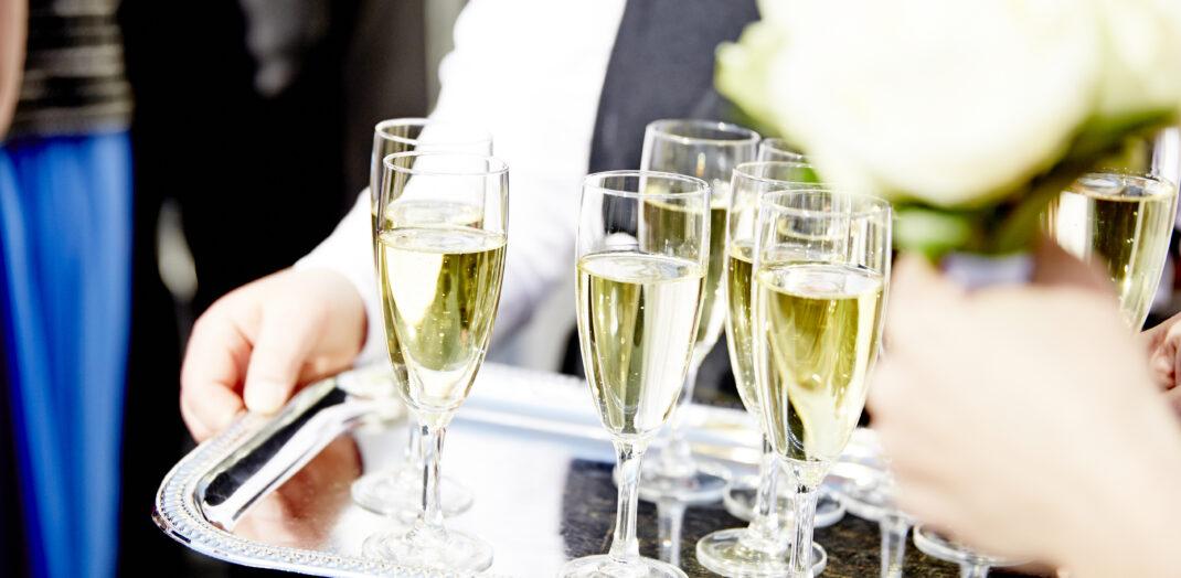 Champagneglas på en silverbricka.