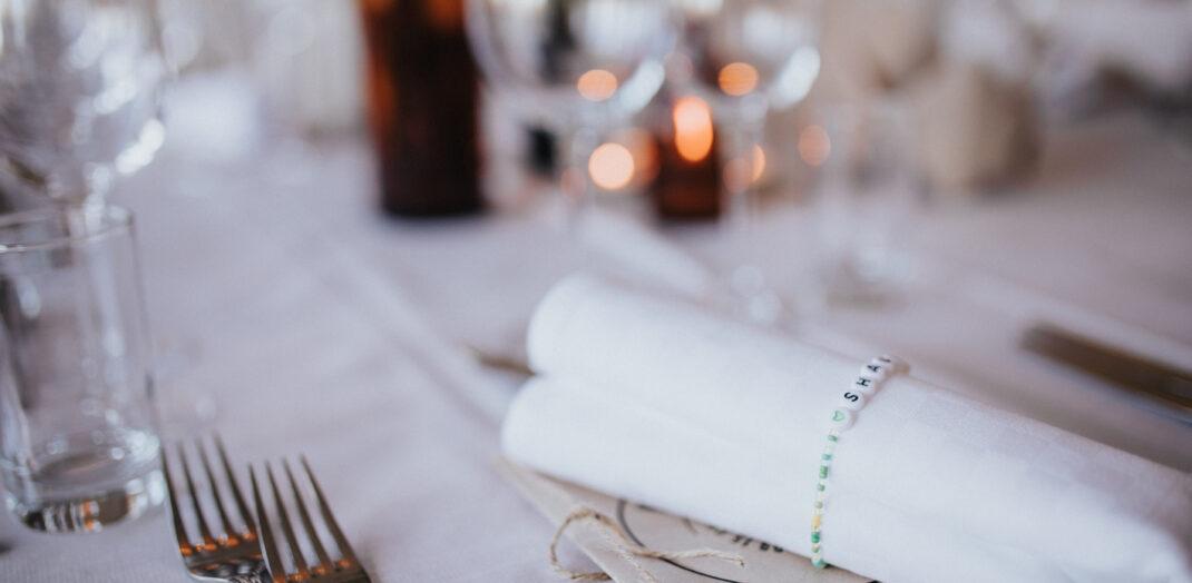 Närbild på ett uppdukad middagsbord.