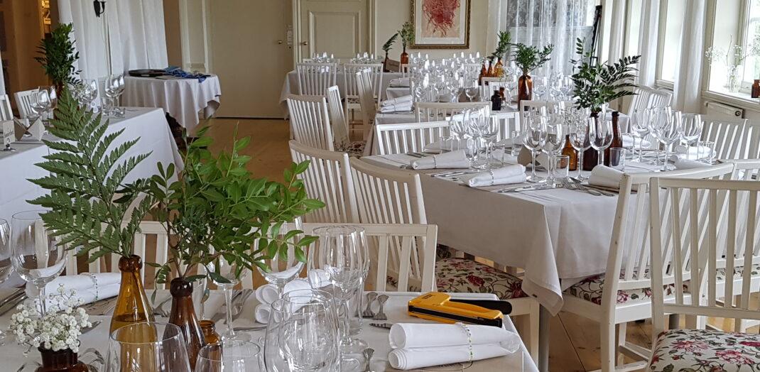 Uppdukat matbord för fest.
