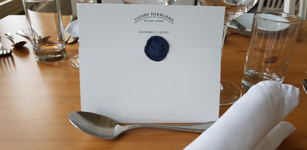 Närbild på kuvert på ett matbord.