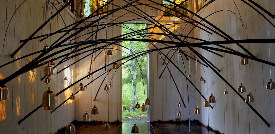 Alma lövs museum. Ett abstrakt konstverk i en vit hall.
