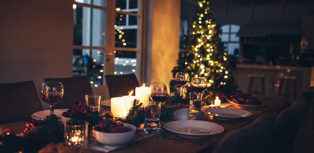 Vy över ett uppdukat julbord i ett stämningsfullt ljus från julgranen.